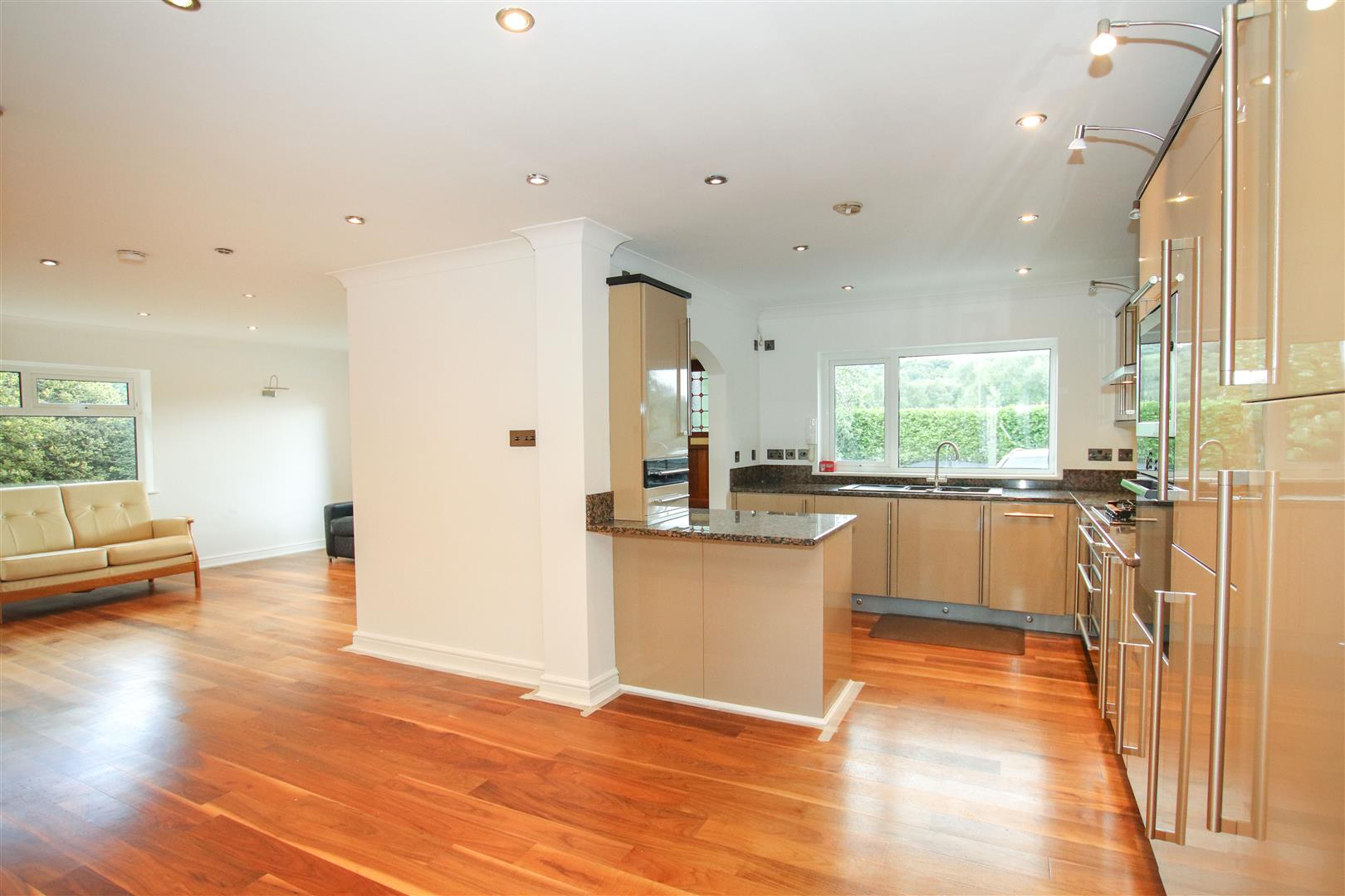 OPEN PLAN  L  SHAPED FITTED KITCHEN / DINER